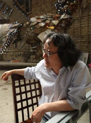 Xu-Bing-at-the-exhibition