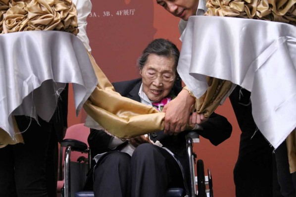 Wang Shikuo's Wife at the Ceremony; Photography by Taylor Wong