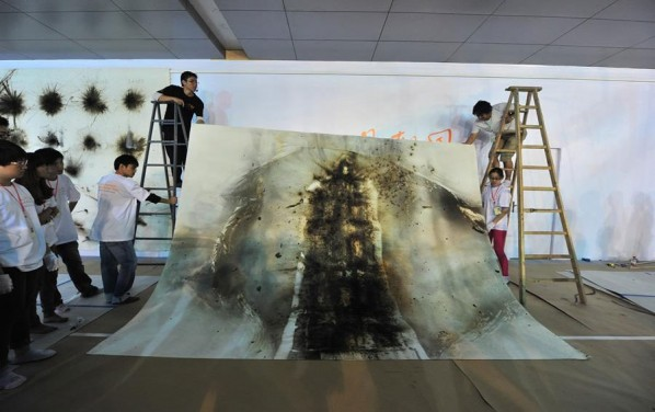 Cai Guo Qiang's Public Gunpowder Drawing Making Tides for His Solo Show- Spring 09; Photo: www.ionly.com