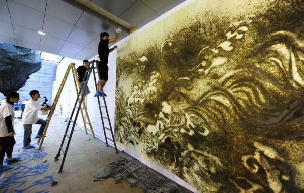 Cai Guo Qiang's Public Gunpowder Drawing Making Tides for His Solo Show- Spring 10; Photo: www.ionly.com