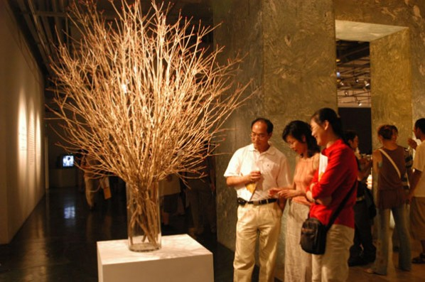 XuBing 05 Match Flower with visitors.