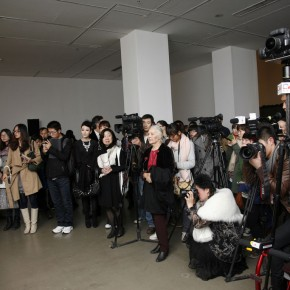 Journalists were waiting for the aritst at its opening ceremony. Photo: Hu Zhiheng/ CAFA ART INFO