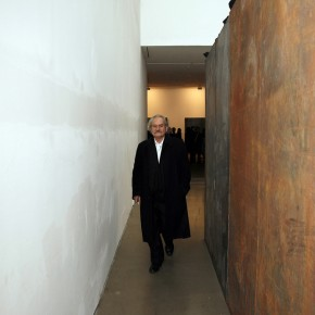 Mr.Jannis Kounellis walked in the exhibition hall.Photo: Hu Zhiheng/ CAFA ART INFO