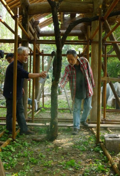 Li Xianting and FENG Feng were dicussing the details of Demolished Pavilion