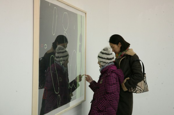 Audience were watching and dicussing at the exhibition. Photo: Wu Qiong/Press Department of CAFA