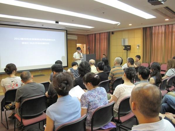 He Shiwei made a speech on behalf of all the awarded graduates