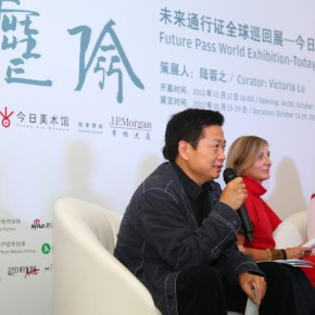 01 Zhang Zikang, Director of Today Art Museum addressed to the reporters at the press conference.