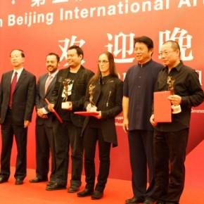 05 Qin Zhigang and Zuo Zhongyi awared the outstanding prizes to artists.