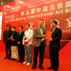 06 Liu Dawei and Wu Changjiang awarded the prizes to Young Chinese Artists.