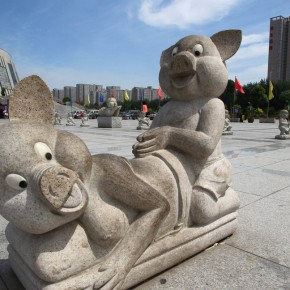Top8 Sculpture at the front of Zhengzhou Central Plain Fu Tower