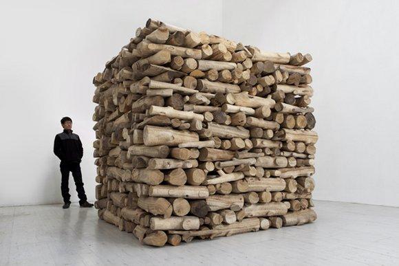"Hu Qingyan, ""Firewood"", 2012; camphorwood, 200 x 200 x 200 cm (8 m³ stere)© Hu Qingyan Courtesy Galerie Urs Meile"