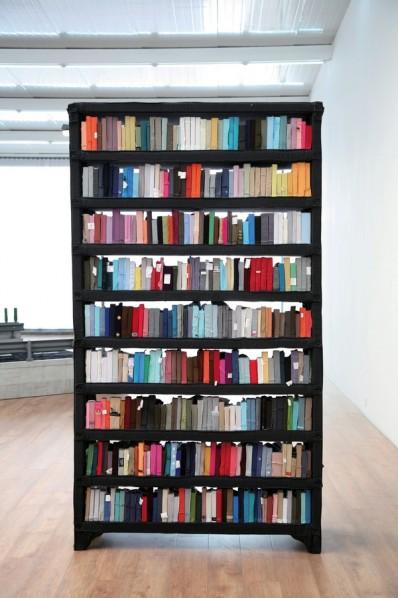 "Yin Xiuzhen ""Bookshelf No. 1"", 2009, Kleidung, Holz, Bücherregal"