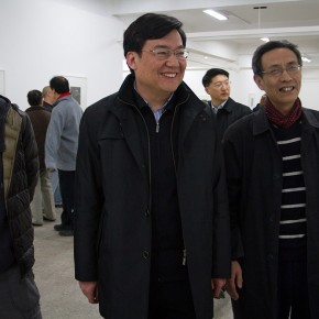 """01 Gao Hong Secretary of the party committee visited Wu Jiang's Woodcut 290x290 - """"Review What You Have Learned and Learn the New: Wu Jiang's Woodcuts"""" Held at the Central Academy of Fine Arts"""