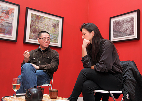 Wang Huangsheng (L) talking art, heart, smoke and meditation with Carmen Herold. Photo by C. Phillips