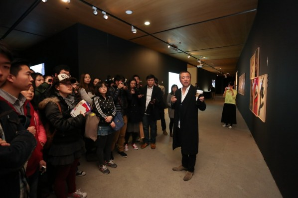09 Han Jiaying introduced his work to the audience at the opening of Reflection-Han Jiaying's Exhibition of Design