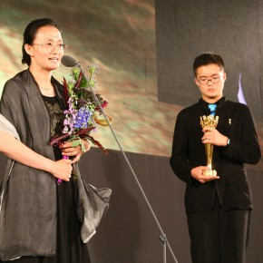 08 Xin Dongwang's wife received the Annual Special Contribution Award for the late artist 290x290 - Prizes of the 8th Award of Art China Eventually Announced at the Cining Palace of the Forbidden City