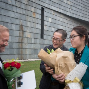 "11 Wang Huangsheng awarded the collection certificate to Bjørn Nørgaard and sent flowers to him 290x290 - ""Bjørn Nørgaard: Re-modelling the World – again again again"" opened at CAFAM and CAFA received a Poetic Sculpture"