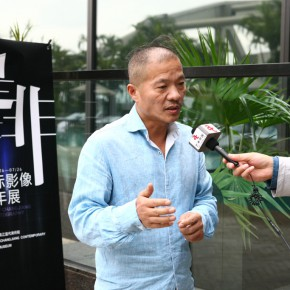 05  Curator Wang Qingsong was interviewed by a journalist