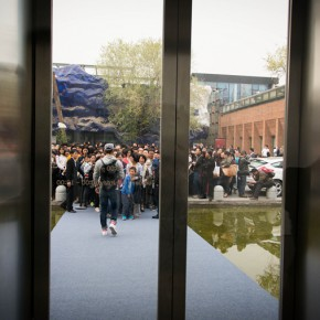 02 Audience Waiting Outside 290x290 - iPad drawings and video installations by David Hockney stir the spring of Beijing