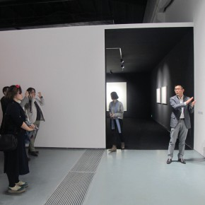"""08 Xia Jifeng guided the media in visiting the exhibition1 290x290 - Reshaping the Oriental Aesthetics – Hive Center for Contemporary Art Presents """"The Boundaries of Order"""""""