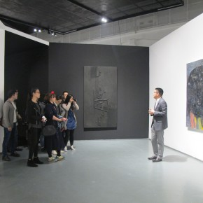 """10 Xia Jifeng guided the media in visiting the exhibition1 290x290 - Reshaping the Oriental Aesthetics – Hive Center for Contemporary Art Presents """"The Boundaries of Order"""""""