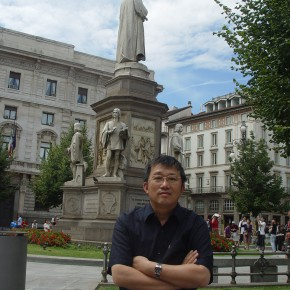 56 Portrait of Cui Xiaodong in front of the sculpture of Da Vinci in Milan Italy 290x290 - Cui Xiaodong