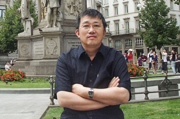 featured image of Cui Xiaodong in front of the sculpture of Da Vinci in Milan, Italy