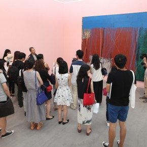 "15 The curator Li Xu guided the media tin visiting the exhibition 290x290 - From ""I Draw"" to ""Drawing"" – The Art of Tan Ping Opened at Ginkgo Space"