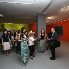 "16 The curator Li Xu guided the media tin visiting the exhibition 290x290 - From ""I Draw"" to ""Drawing"" – The Art of Tan Ping Opened at Ginkgo Space"