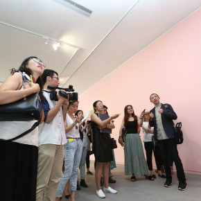 "17 The curator Li Xu guided the media tin visiting the exhibition 290x290 - From ""I Draw"" to ""Drawing"" – The Art of Tan Ping Opened at Ginkgo Space"