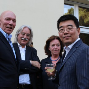 """07 Group photo of the honored guests 290x290 - Huang Yong's Solo Exhibition """"Food Game"""" debuted in Berlin, Playing """"Food Game"""" together with Texas Poker"""