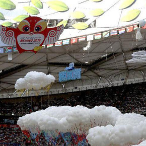 "The mascot ""Yan'er"" from the Design School of CAFA flew into the 15th IAAF World Athletics Championships"