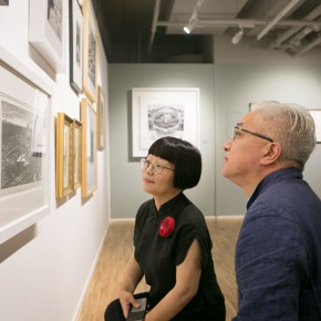 """03 Artist Xu Lei and curator Dong Huiping watching the work of Xu Bing collected by the academy in the late 1970s  290x290 - """"Print Summit – The Communication Exhibition of Print Works by Artists from the East and the West"""" opened at the Gauguin Gallery"""