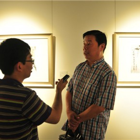 13 The artist Han Lu was interviewed by a journalist 290x290 - Pattern · Style – the First Chinese Painting Exhibition for the Ph.D. students opened at the Rhythm Art Museum