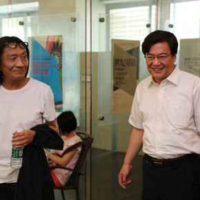 """08 Su Xinping and the Secretary of CAFA Party Committee at the Guangdong Museum of Art 290x290 - Dialogue with Time and Space: Su Xinping's """"Landscapes with Ritualistic Practices"""" Unveiled at Guangdong Museum of Art"""