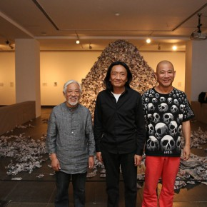 """11 Su Xinping Li Xianting and Fang Lijun at the opening of Landscapes with Ritualistic Practices Su Xinping Solo Exhibition 290x290 - Dialogue with Time and Space: Su Xinping's """"Landscapes with Ritualistic Practices"""" Unveiled at Guangdong Museum of Art"""