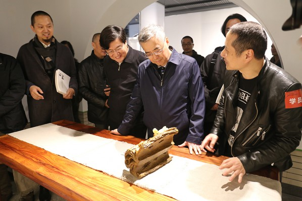 12 Leaders at all levels visited the works by the jade carving group (photo courtesy of Zhang Dongping)