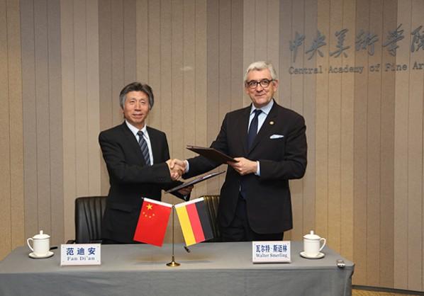 Prof. Fan Di'an, President of CAFA signed the letter of intent with Prof. Walter Smerling, Vorsitzender der Stiftung für Kunst und Kultur e.V. Bonn und Direktor des MKM Museum