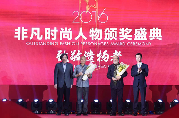 "01 In the ""2016 Outstanding Fashion Personage Award"" ceremony, Prof. Qiao Xiaoguang was granted a trophy by the presenter. Photo courtesy of Zhang Dongping"