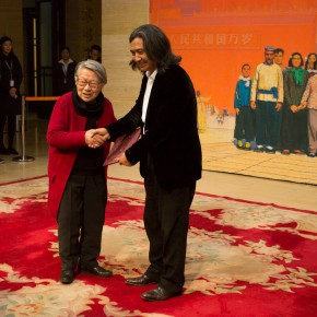 """08 Wu Weishan and Sun Zixi's wife Wang Yan at the donation ceremony 290x290 - Creator of the Group Portraits of the Epoch: """"Once and Forever"""" Sun Zixi Art Exhibition Opened at the National Art Museum of China"""