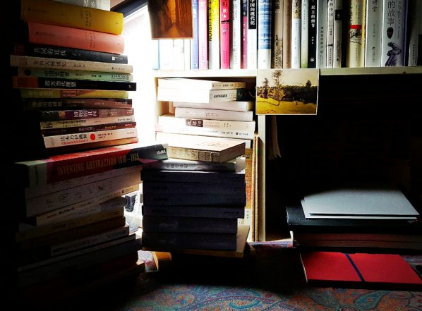 A large number of professional books are piled on Wang Xuanyi's desk in the dormitory