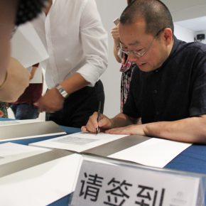 04 On the opening ceremony, Prof. Chen Qi signed the catalogues for visitors