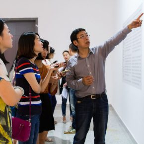 "08 Curator of the exhibition Yin Shuangxi personally guided the media to visit the exhibition 290x290 - Centurial Chinese Oil Paintings Tours to the South: ""The Temperature of History"" opened in Wuhan"