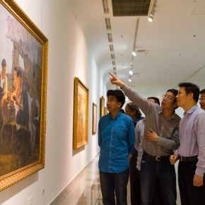 "09 Curator of the exhibition Yin Shuangxi personally guided the media to visit the exhibition 290x290 - Centurial Chinese Oil Paintings Tours to the South: ""The Temperature of History"" opened in Wuhan"