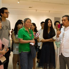 "10 Director of the 2nd Studio of the Department of Oil Painting CAFA Ma Xiaoteng personally guided the media to visit the exhibition 290x290 - Centurial Chinese Oil Paintings Tours to the South: ""The Temperature of History"" opened in Wuhan"