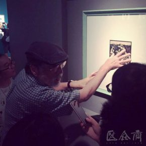 01 Guang Jun reviewed Yan Han's works photo courtesy of Yan Feng 290x290 - Guang Jun: The Rustic Influence of Yan Han's Art is the Art of That Era, and We Need to Inherit This Spirit