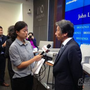 10 Fan Dian was interviewed by a journalist 290x290 - Fan Di'an and Xu Bing were invited to give lectures on contemporary Chinese art in Washington