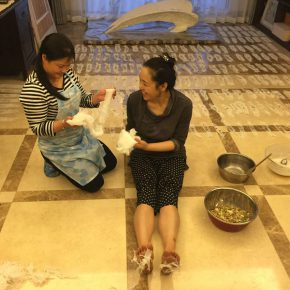 Zhang Yanzi worked with her housekeeper at her home 290x290 - Interview with Zhang Yanzi: What disease do I have?