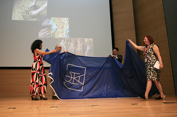 Prof. Shao Dazhen and Li Yansong together handed the flag to the representatives of the next host countries of World Congress of Art History (photo courtesy of Song Manqing from the Propaganda Department)