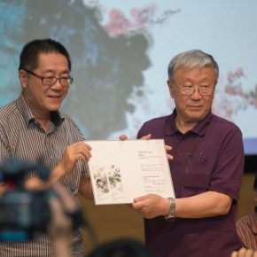 05 Director of CAFA Art Museum Wang Huangsheng issued a donation certificate to Tian Yong 290x290 - Feathers and Light – The 100th Anniversary of the Birth of Tian Shiguang Memorial is opened with a grand ceremony